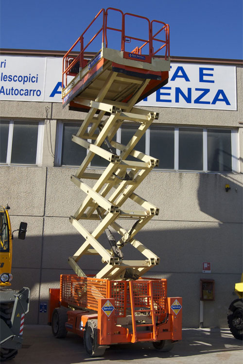 Noleggio scissor motore disel fino a 14 metri di altezza