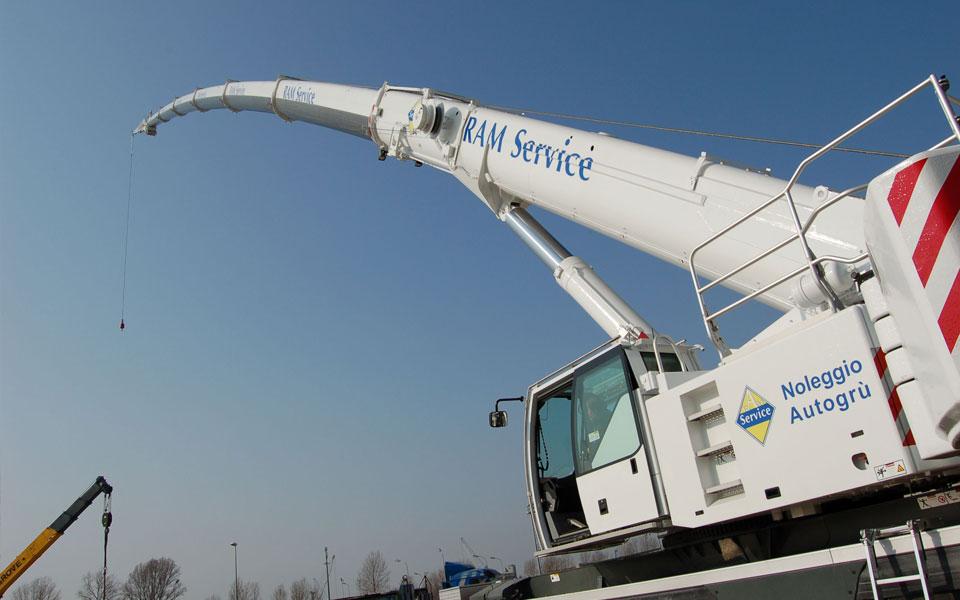 Noleggio autogru con portata fino a 200 ton. - 72 metri di altezza max
