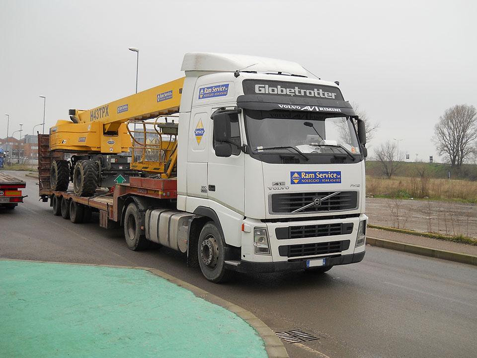 Servizi di trasporto di mezzi per il sollevamento offerti da RAM Service