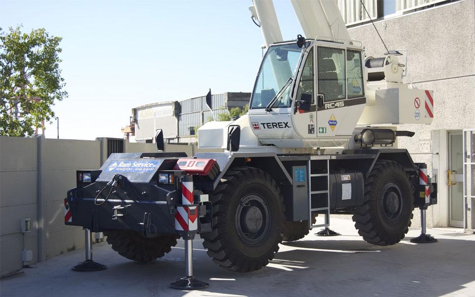 Noleggio autogru fuoristrada con portata fino a 44 ton. e 37,5 metri di altezza